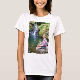 Camiseta Homem que senta-se na rocha que meditating perto