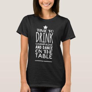 Camiseta Hora de beber o champanhe e a dança na mesa