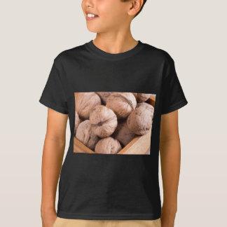 Camiseta Ideia macro de um grupo de nozes em uma caixa de