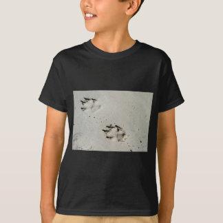 Camiseta Impressões da pata do grande cão na areia molhada