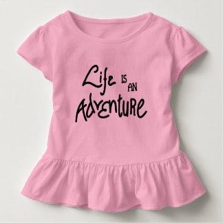 Camiseta Infantil A vida é um T do plissado da criança da aventura