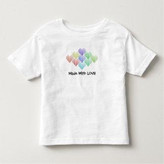 Camiseta Infantil Corações bonitos do arco-íris