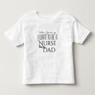 Camiseta Infantil Cresça acima para ser uma enfermeira como o pai