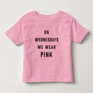 Camiseta Infantil Em quartas-feiras nós vestimos o vintage do rosa  