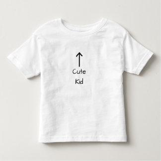 Camiseta Infantil Miúdo bonito acima da seta