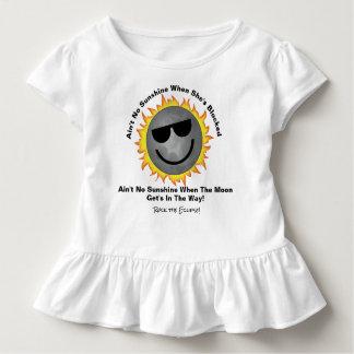Camiseta Infantil Não é nenhum T do plissado da luz do sol