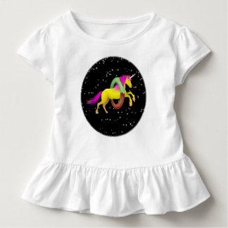 Camiseta Infantil O unicórnio que salta através de uma filhós