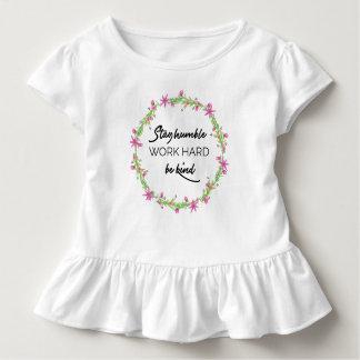 Camiseta Infantil Permaneça humilde, duro do trabalho, seja amável