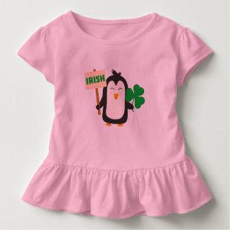 Camiseta Infantil Pinguim irlandês com trevo Zjib4