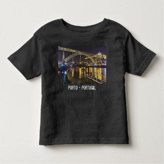 Camiseta Infantil Porto - Portugal. Cena da noite perto do rio de