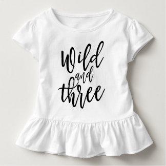Camiseta Infantil Selvagem e rotulação escrita à mão preta do