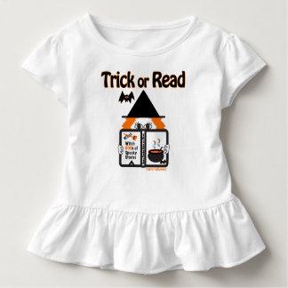 Camiseta Infantil Truque ou lido. O Dia das Bruxas feliz!