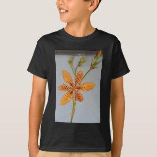 Camiseta Íris manchada laranja chamada um lírio de