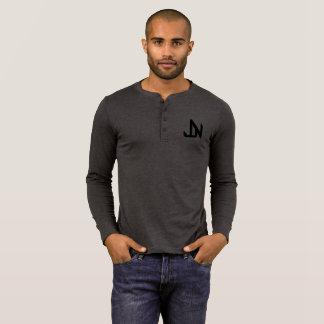 Camiseta Jay Niani - logotipo de JN sobre o preto da caixa