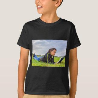Camiseta Jovem mulher que encontra-se no livro de leitura