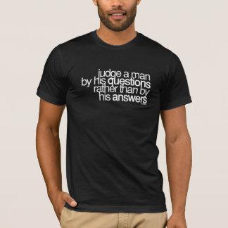 Camiseta Julgue um ~ Voltaire do homem