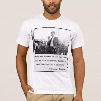Camiseta Justiça de Clarence Darrow sai da sala do tribunal