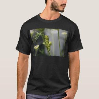 Camiseta Lagarta preta do swallowtail (parsleyworm) em Dil