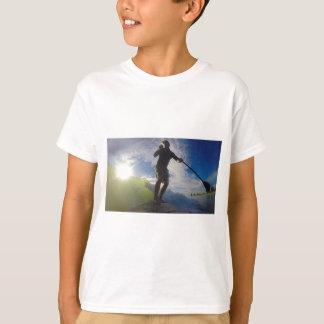 Camiseta Levante-se o conselho de pá que surfa uma onda