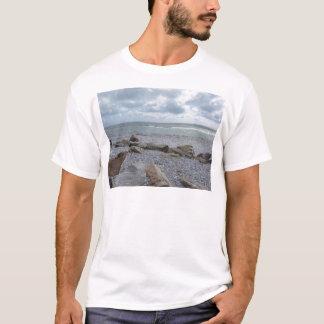 Camiseta Litoral da praia com os veleiros no horizonte