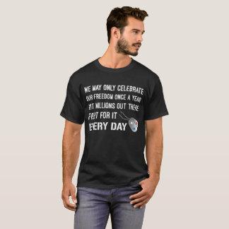 Camiseta Luta de milhões para a liberdade dog tags de cada