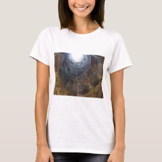 Camiseta Luz na extremidade do túnel. Conceito da esperança