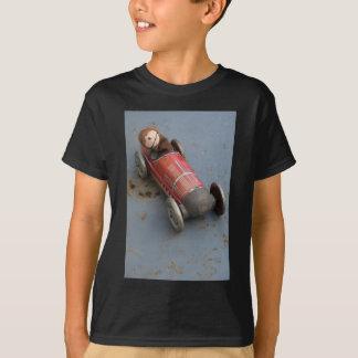 Camiseta Macaco em um carro do brinquedo