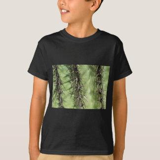 Camiseta macro próximo acima dos espinhos do cacto