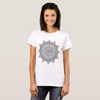 Camiseta Mandala. Teste padrão oriental preto e branco