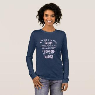Camiseta Manga Longa O curandeiro da necessidade do deus uma enfermeira