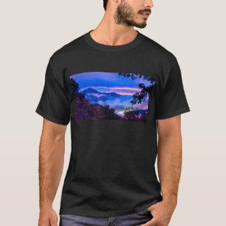 Camiseta manhã da estação do outono no mounta azul do