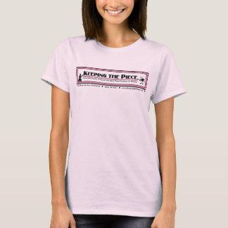 Camiseta Mantendo o t-shirt da boneca do rosa da parte