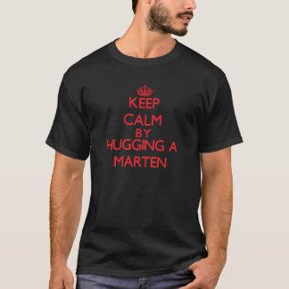 Camiseta Mantenha a calma abraçando um Marten