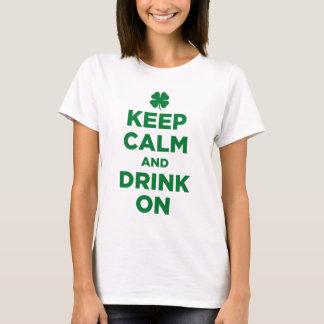 Camiseta Mantenha a calma e beba-a no t-shirt do trevo