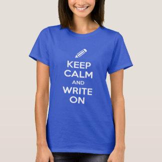 Camiseta Mantenha a calma e escreva-a no t-shirt escuro das