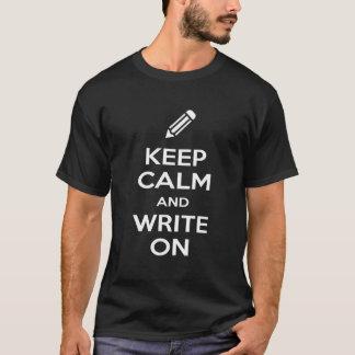 Camiseta Mantenha a calma e escreva-a no t-shirt escuro dos