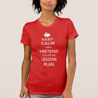Camiseta Mantenha a calma e finja-a está no plano de aula