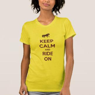 Camiseta Mantenha a calma e monte-a na equitação do cavalo