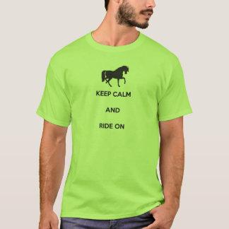 Camiseta Mantenha a calma e monte-a sobre
