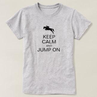 Camiseta Mantenha a calma e salte no cavaleiro engraçado de