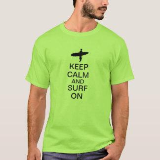 Camiseta Mantenha a calma e surfe-a sobre