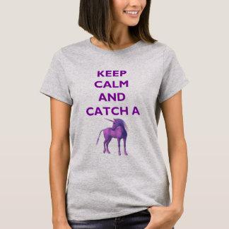 Camiseta Mantenha a calma e trave um t-shirt roxo do