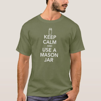 Camiseta Mantenha a calma e use um T branco do texto do