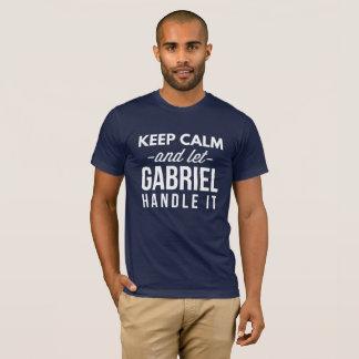 Camiseta Mantenha calmo e deixe Gabriel segurá-lo