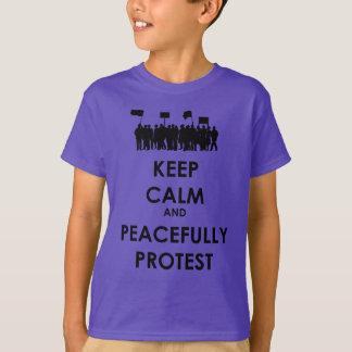 Camiseta Mantenha calmo e proteste pacificamente (o texto
