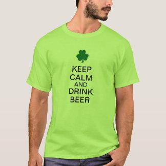 Camiseta Mantenha cerveja calma e da bebida