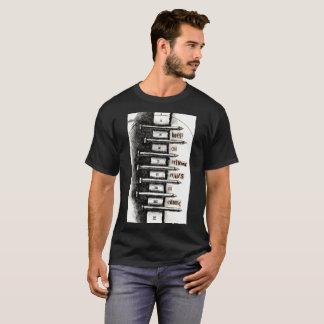 Camiseta Mantenha em conduzir as unhas no cimento