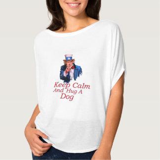 Camiseta Mantenha o abraço calmo um cão
