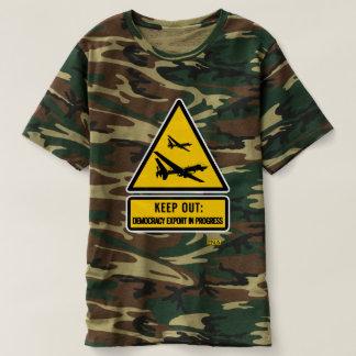 Camiseta Mantenha para fora: camuflagem em andamento da