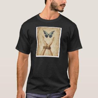 Camiseta Mão acorrentada com a borboleta que paira acima